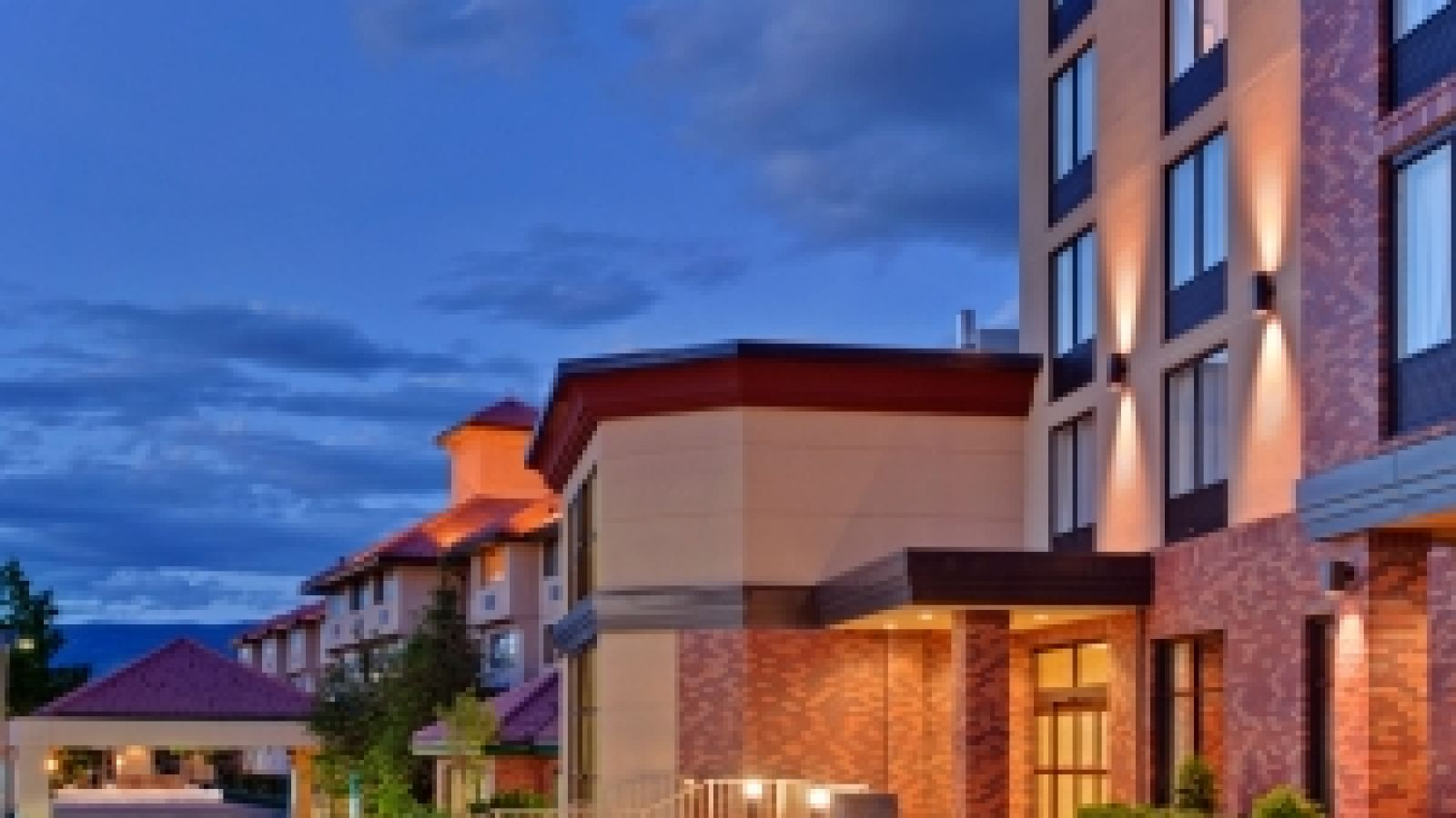 Kanata Kelowna Hotel & Conference Centre - exterior image