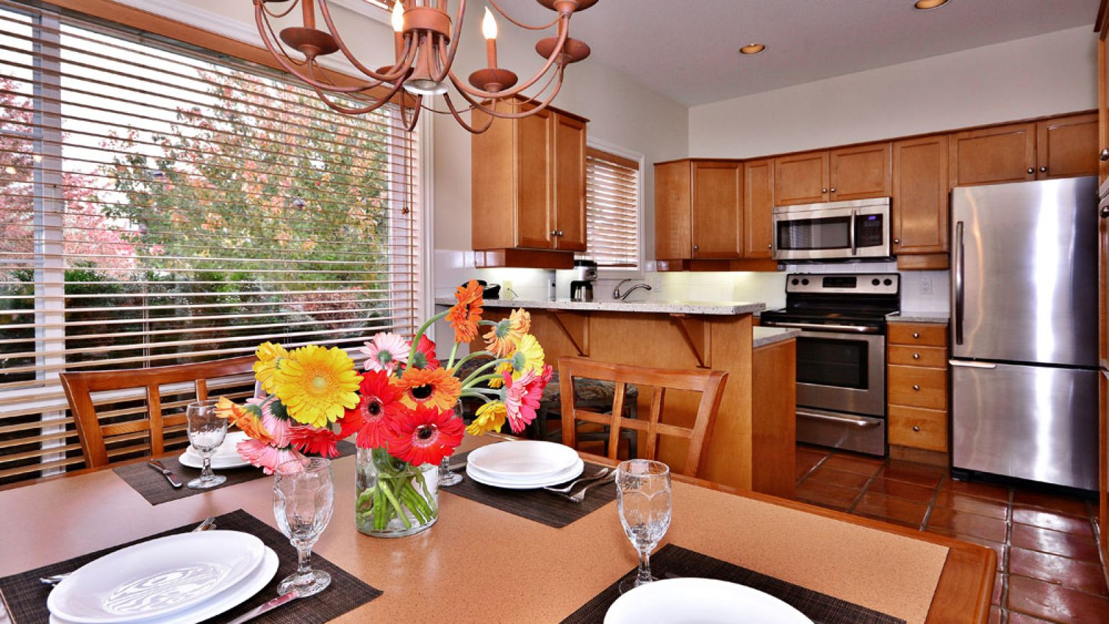 Three Bedroom Villa Dining Room Kitchen (Garden Side) At Manteo