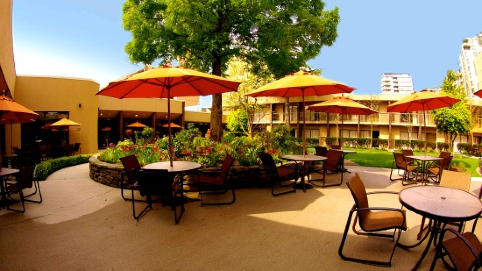 Sheraton Vancouver Airport Hotel - Patio Outdoors