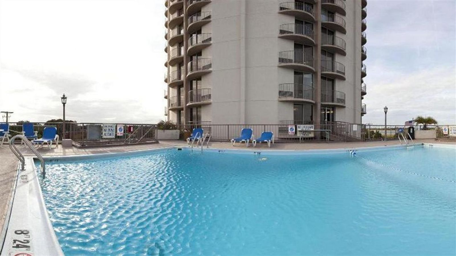 Holiday Inn Charleston Riverview - pool area