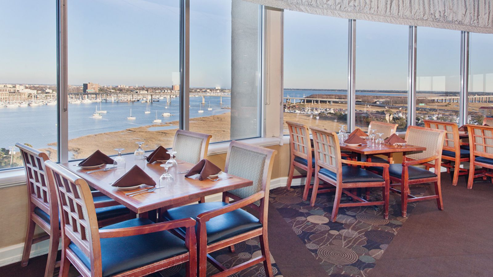 Holiday Inn Charleston Riverview - rooftop dining