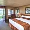 standard king room Ramada by Wyndham Penticton Hotel & Suites