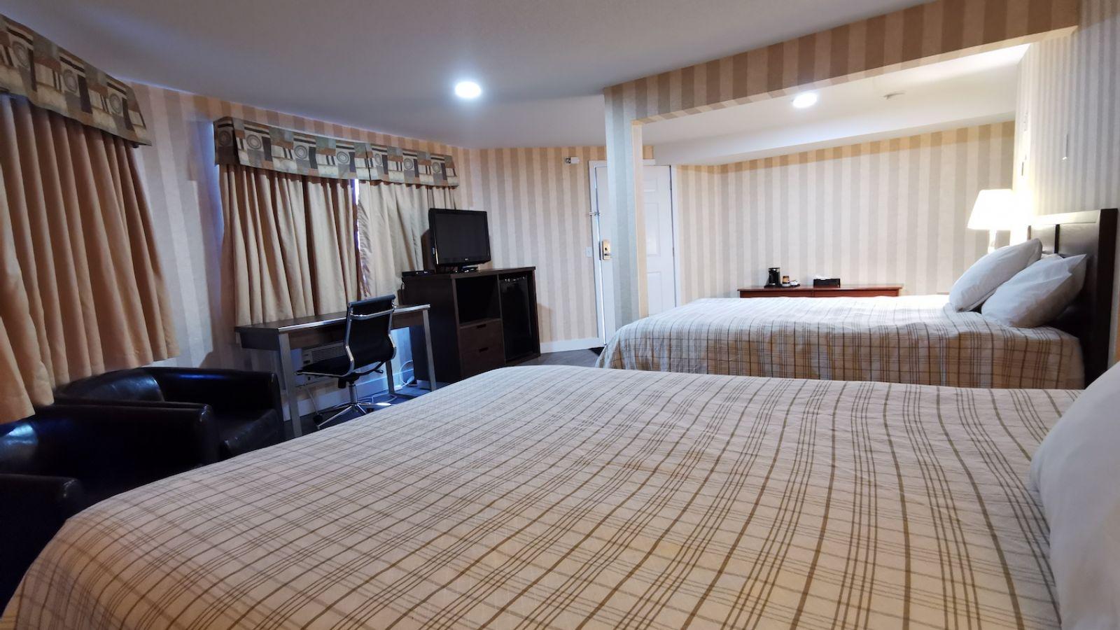 standard queen / queen room